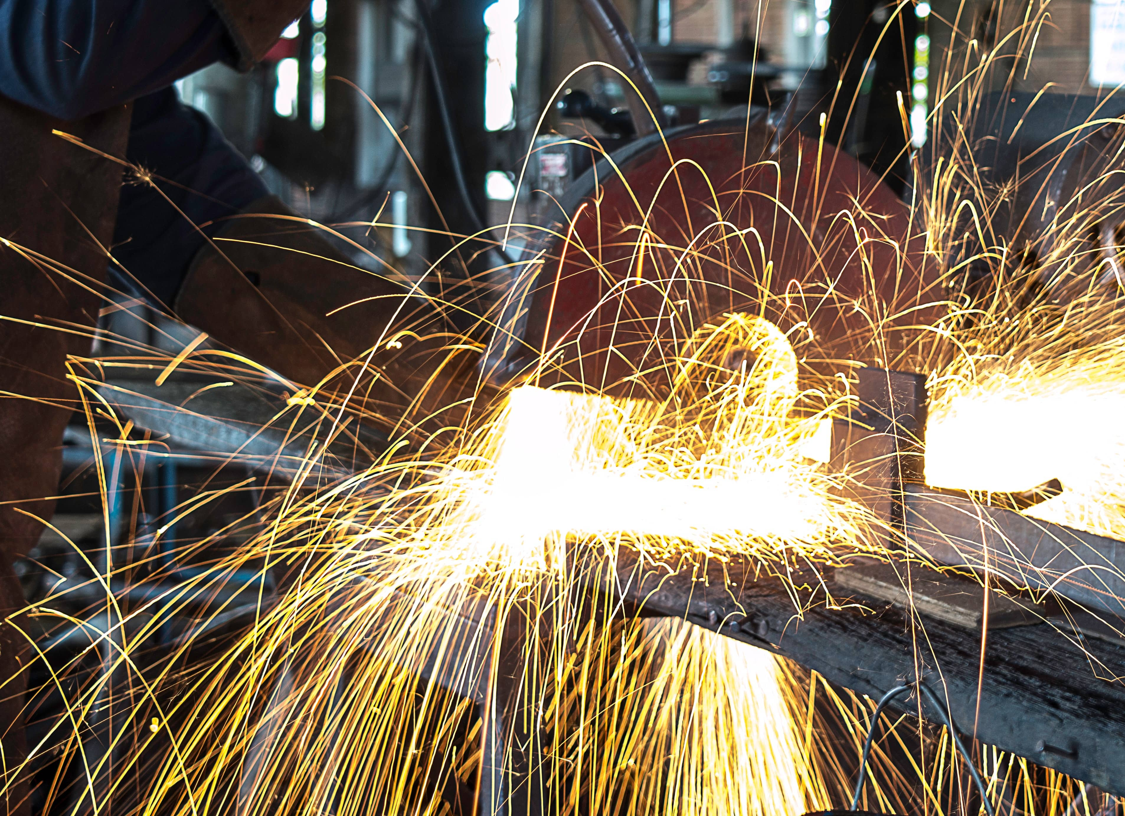 long-exposure-sparks-welding-295505-min